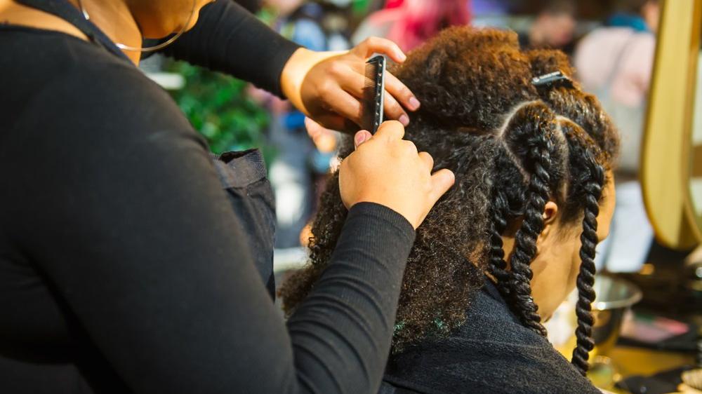 Saçları diğer öğrencileri engelliyor diye eve gönderilen kız, okuldan tazminat aldı