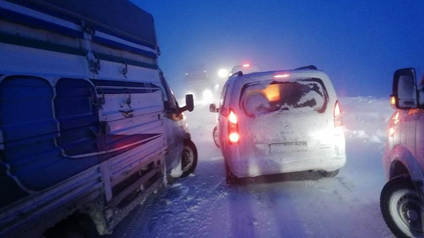 Kar esareti! Yüzlerce araç mahsur kaldı
