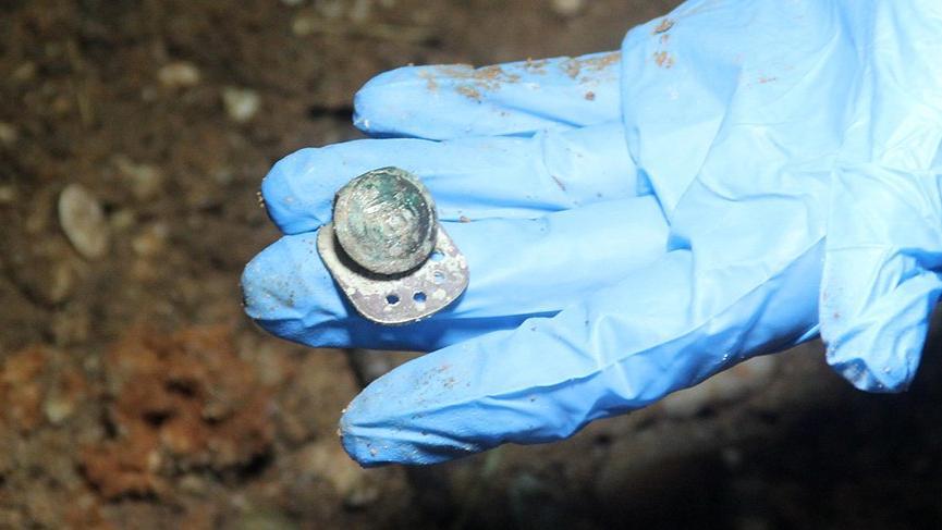 Definecilerin kazdığı tepede polis kral tacı figürlü paralar buldu