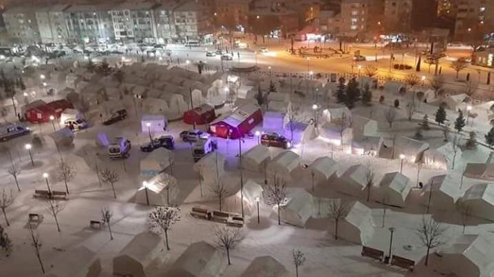 Depremin yaralarını sarmaya çalışan Elazığlılar eksi 15 derece soğukla mücadele ediyor