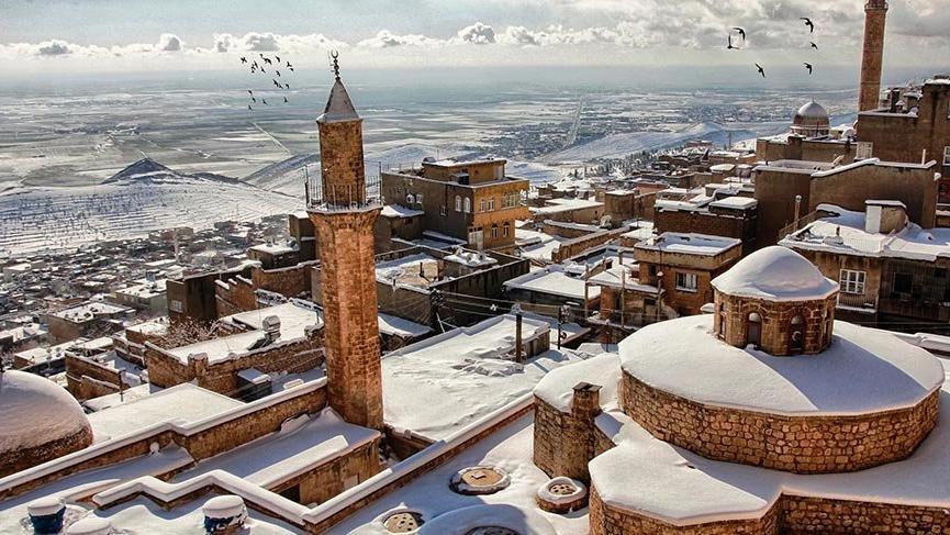 Mardin'de beyaz örtüyle kaplanan tarihi binalar turistleri büyüledi