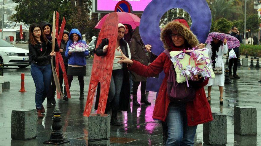 14 Şubat Sevgililer Günü'nde mor iğneli eylem