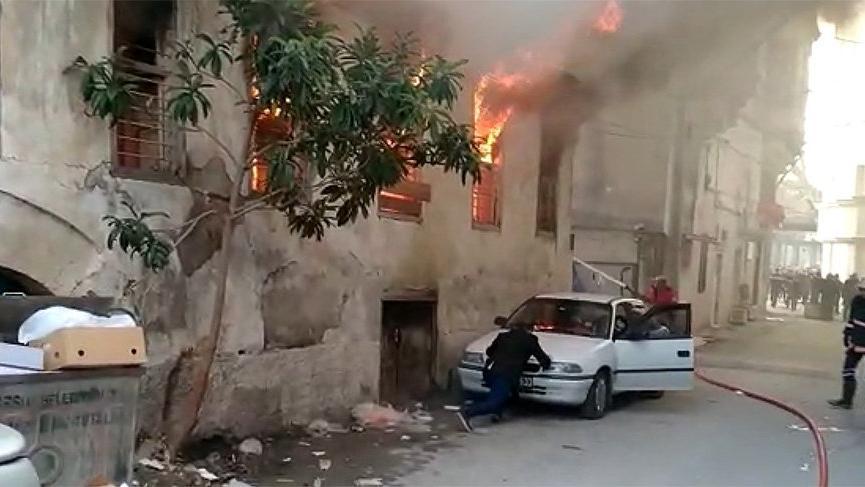 Feci yangın! İki katlı bina küle döndü