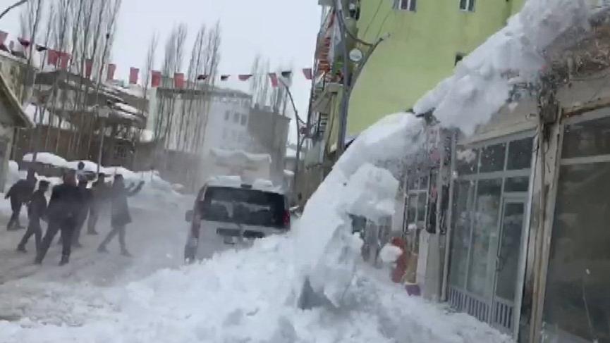Çatıdaki kar yığınları çığ gibi düştü!