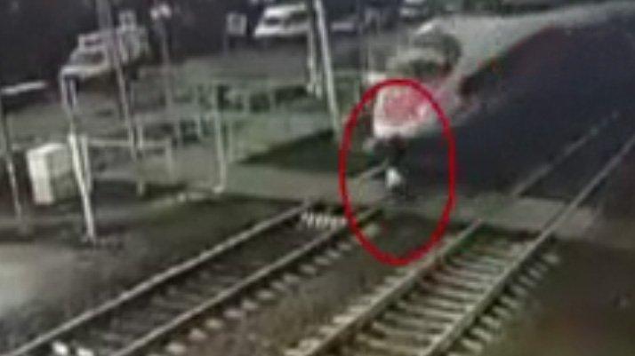 Korkunç kaza! Tren jet hızıyla geliyordu, ikazları duymayınca...