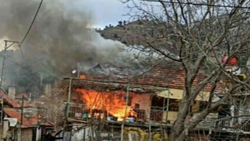 İki katlı ev alev alev yandı!