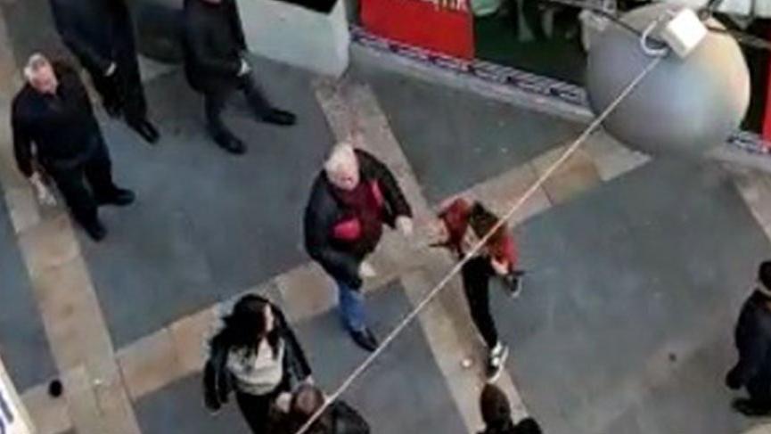 Sokak ortasında kavga eden kızlardan birini tokatladı