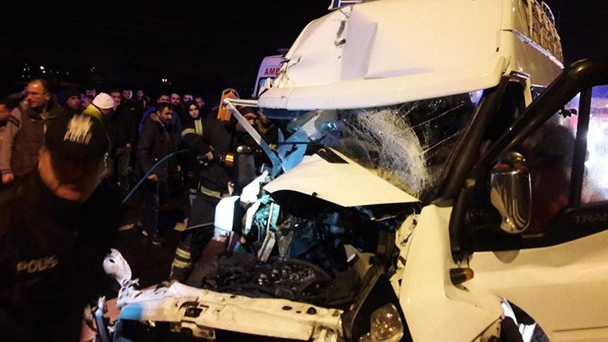 Aksaray'da minibüs TIR'a arkadan çarptı: 12 yaralı