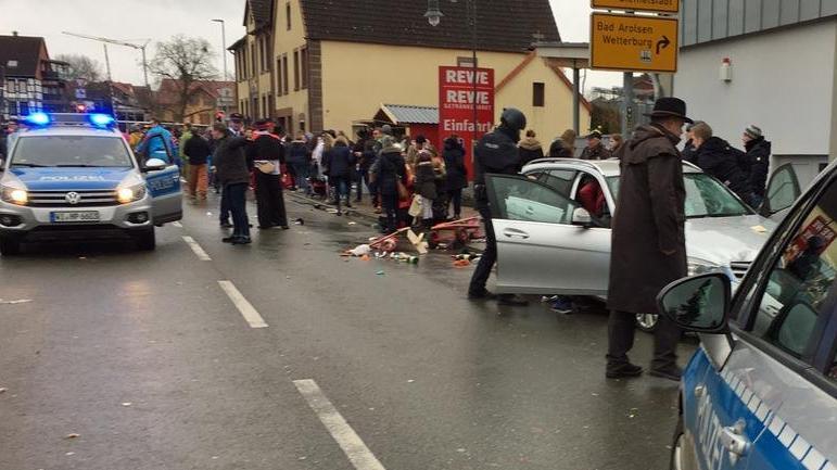 Almanya'da otomobil kalabalığın arasına daldı