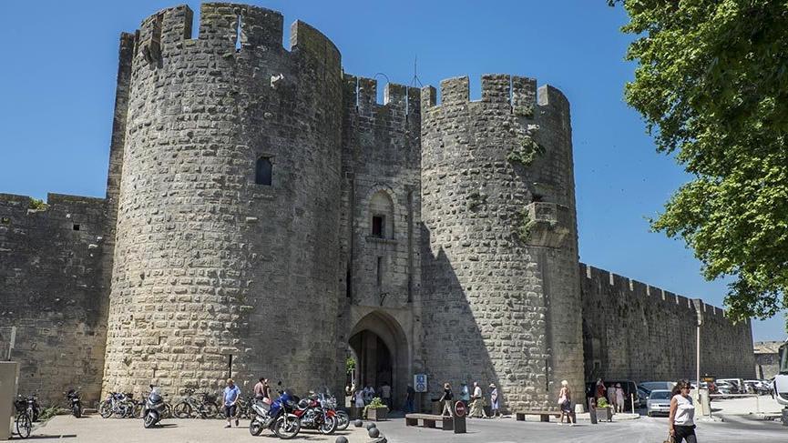 Ortaçağ surlarıyla çevrili tarihi kent Aigues-Mortes
