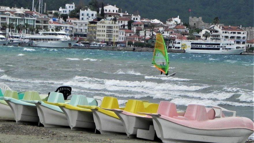 Lodos Marmaris'i uçurdu, onlar sörf yaptı