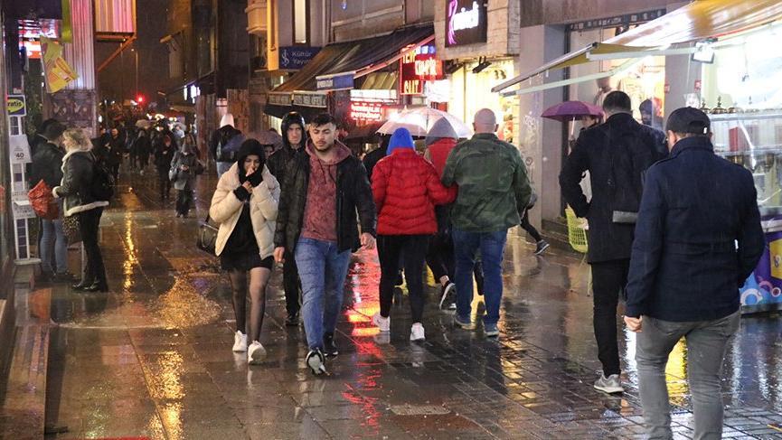 İstanbul'da sağanak ve fırtına hayatı felç etti!