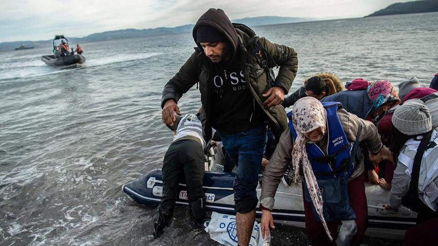 Suriyelileri 50 savaş gemisi durduramadı! İlk göçmen botu Midilli'ye çıktı