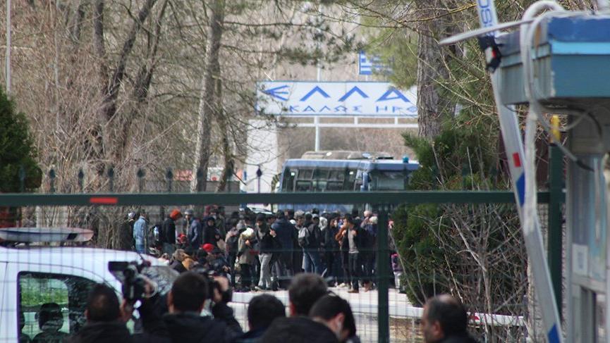 Yunanistan sınırını otobüsle kapattı