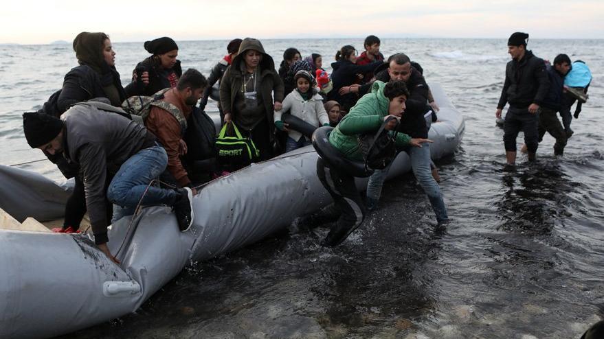 Uluslararası ajanslar bu kareleri paylaştı: Türkiye'den giden mülteciler Midilli'de