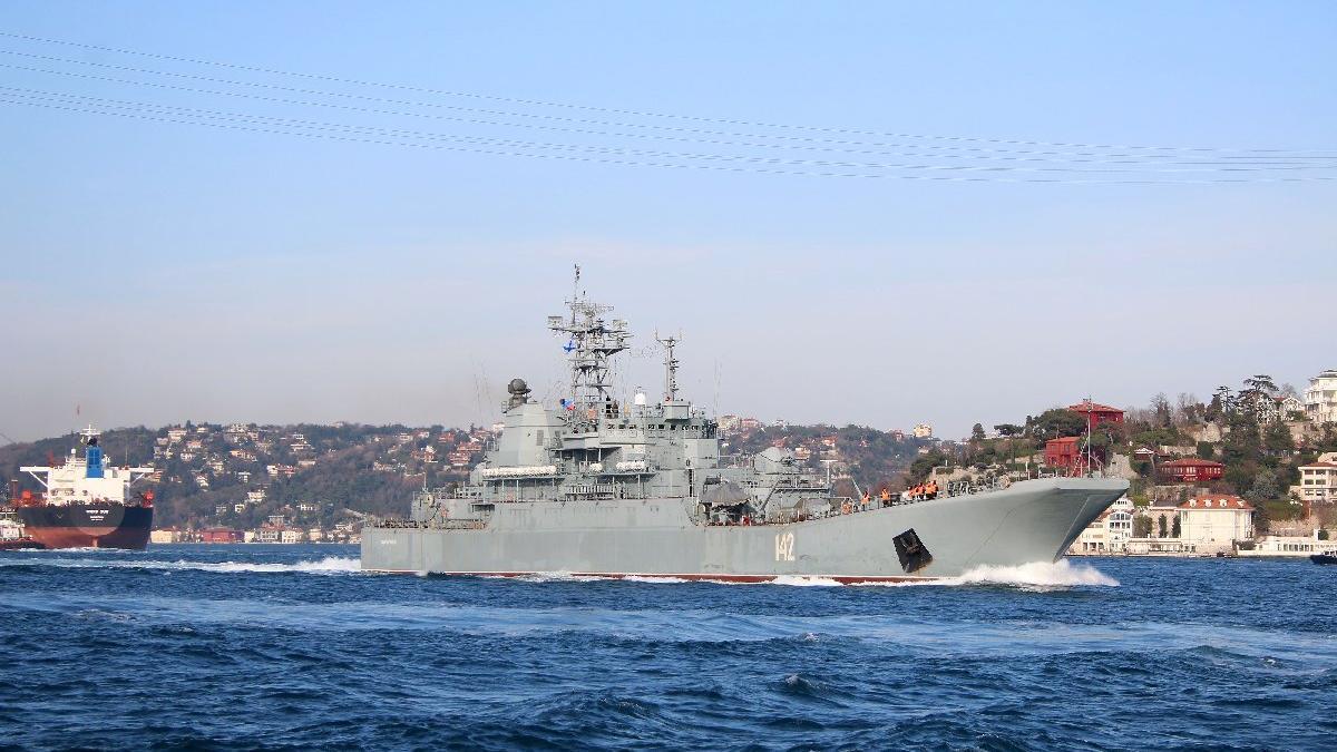 Rus savaş gemisi İstanbul'dan geçti!