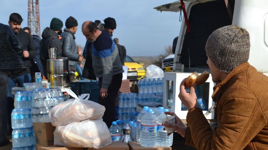 Afgan mülteci: Bir tane küçük suyu 5 TL'ye alıyoruz! Bir tane ekmek de 5 TL