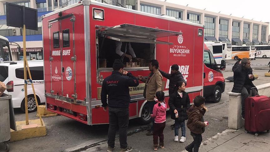İBB'den otogarda bekleyen mültecilere yiyecek içecek ikramı