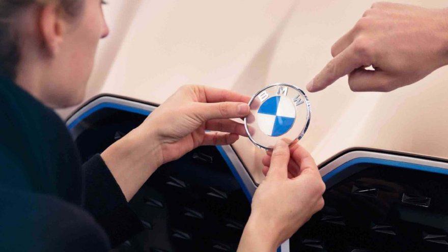 BMW logosunu mu değiştirdi?