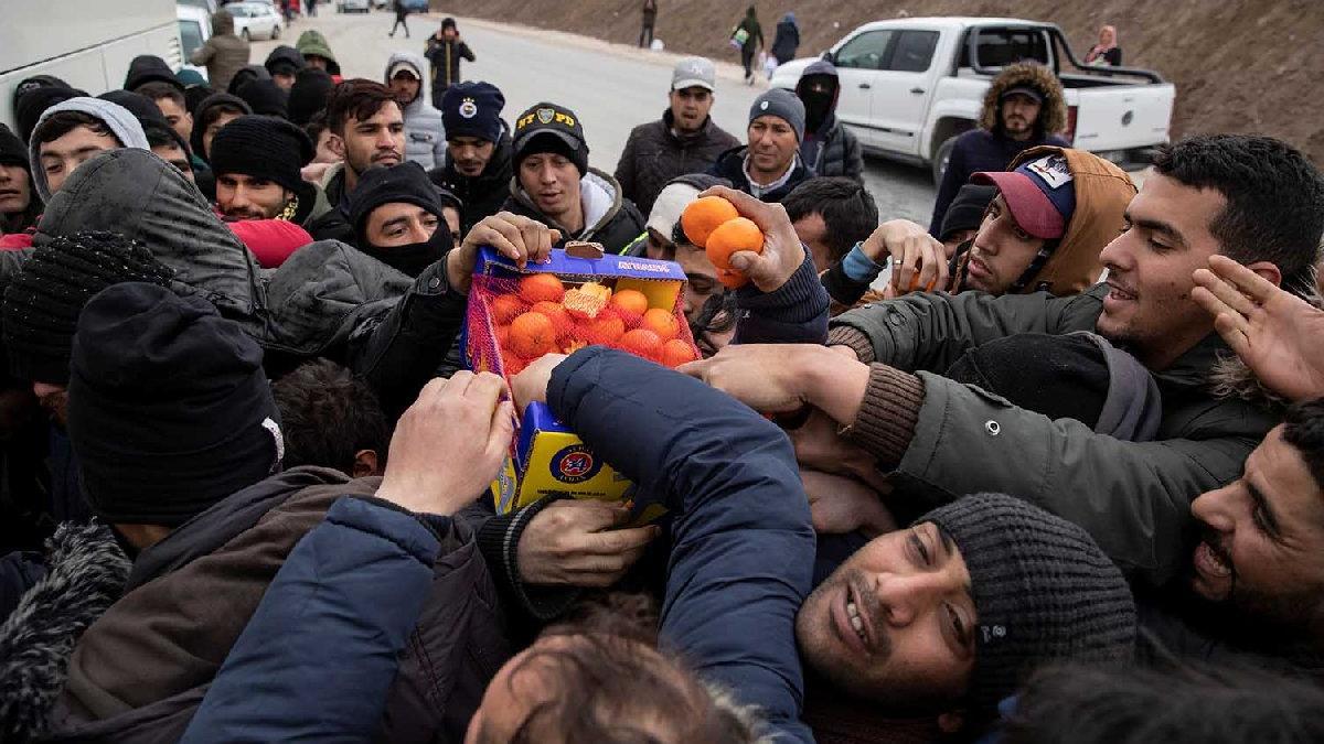 Yunan sınırında yardım izdihamı! Birbirlerini ezdiler
