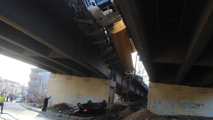 Zincirleme kazada araç viyadükten düştü, TEM kapandı: 7 yaralı!