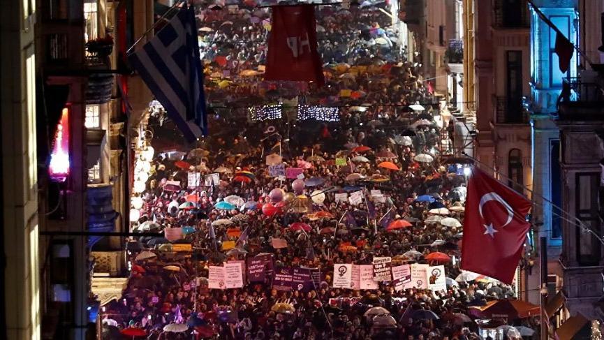İstanbul Valiliği'nden kadınlara önce kutlama sonra yasak