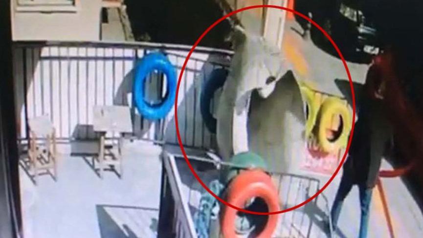 Balkonda silkelenen halının üniversitelinin üzerine düşme anı kamerada!