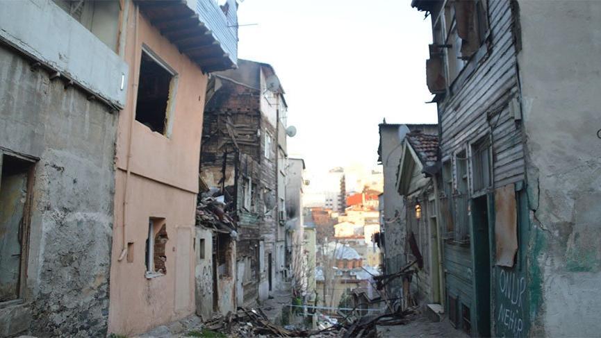 Beyoğlu'nda bina çöktü, yanındaki ev zarar gördü