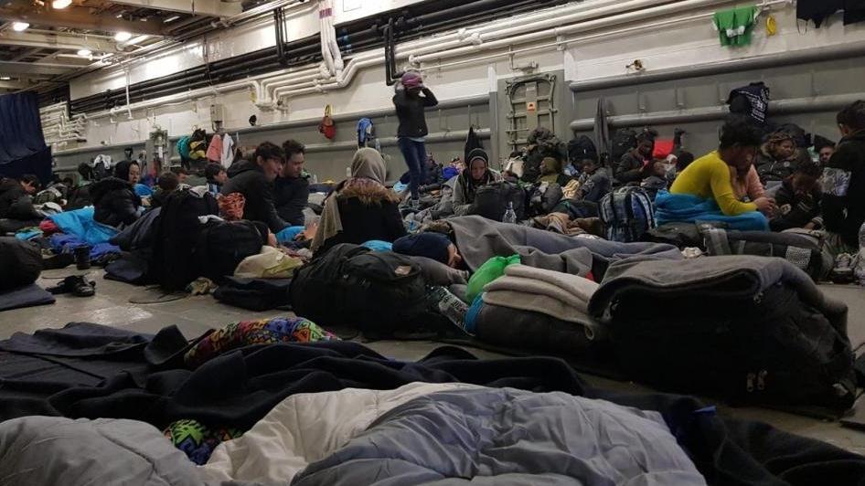 Mültecilerle dolu Yunan gemisinin içi böyle görüntülendi!