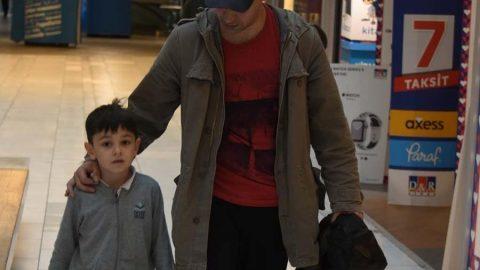 Kaan Tangöze ve oğlu Volkan alışverişte
