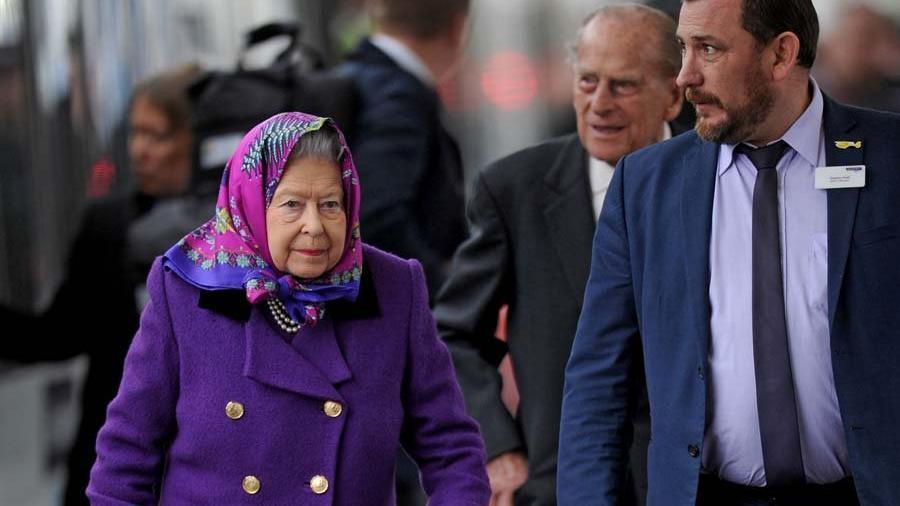 Kraliçe Elizabeth Buckingham Sarayı'na dönüyor