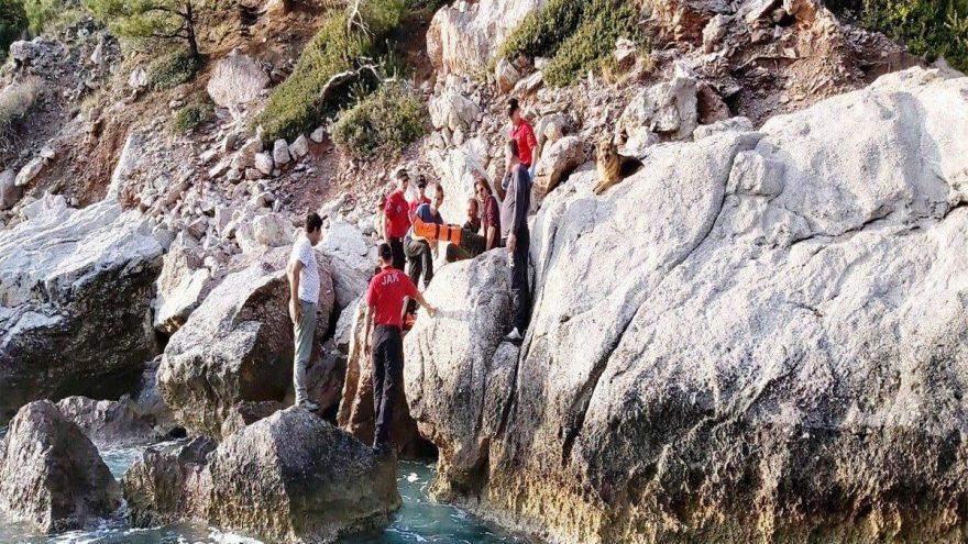 Kabak Koyu'nda kayalıklardan düşen kişiyi JAK ekipleri kurtardı