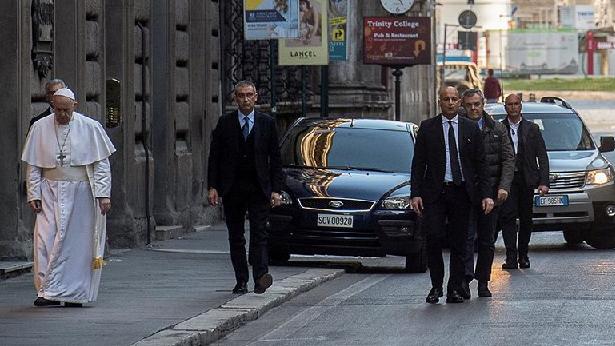 Virüsün kırıp geçirdiği İtalya'dan çarpıcı kare! Papa'dan boş sokaklarda corona duası
