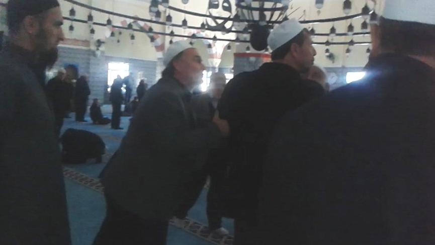 Cemaatle, 'toplu namaz kılmayın' uyarısında bulunan imam arasında tartışma!