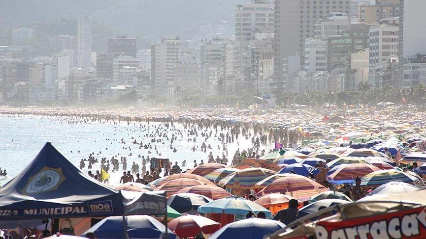 Koronavirüs tehdidine rağmen plajlar tıklım tıklım