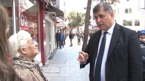 Belediye başkanı sokaktaki yaşlıları tek tek uyardı!