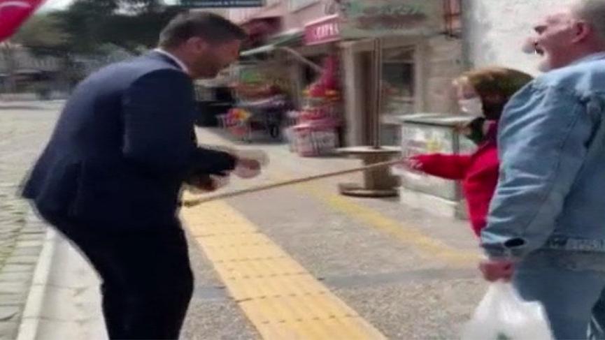 'Evinize gidin' diyen belediye başkanı, nineden bastonu yedi