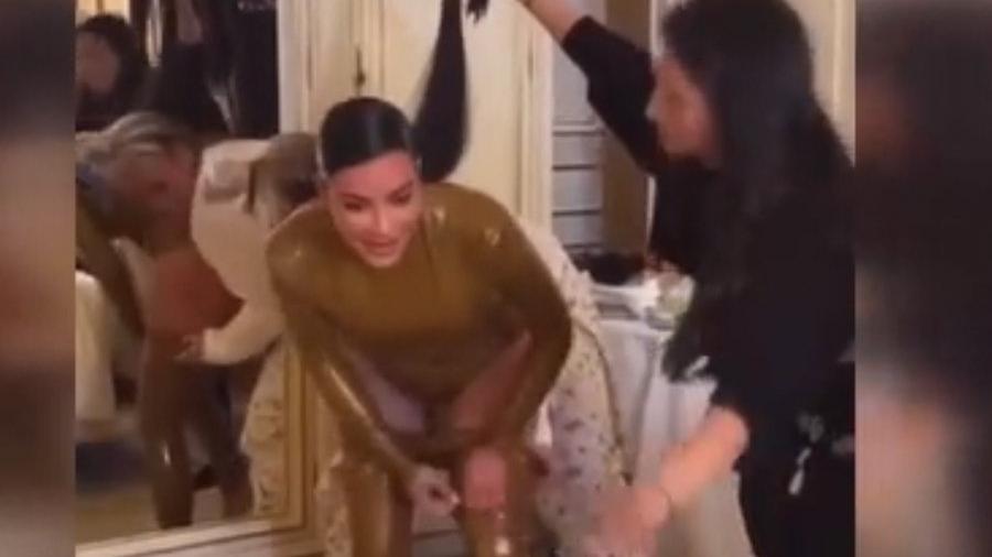 Kim Kardashian Balmain marka latex kıyafetini nasıl giydiğini gösterdi