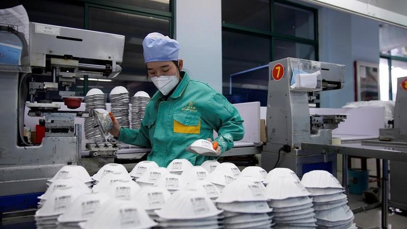 Votka fabrikasında dezenfektan, iPhone fabrikasında maske üretiliyor