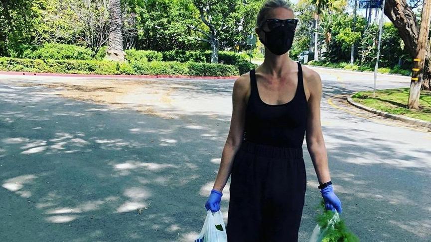 Gwyneth Paltrow, maskesini taktı, eldivenini giydi alışverişe çıktı