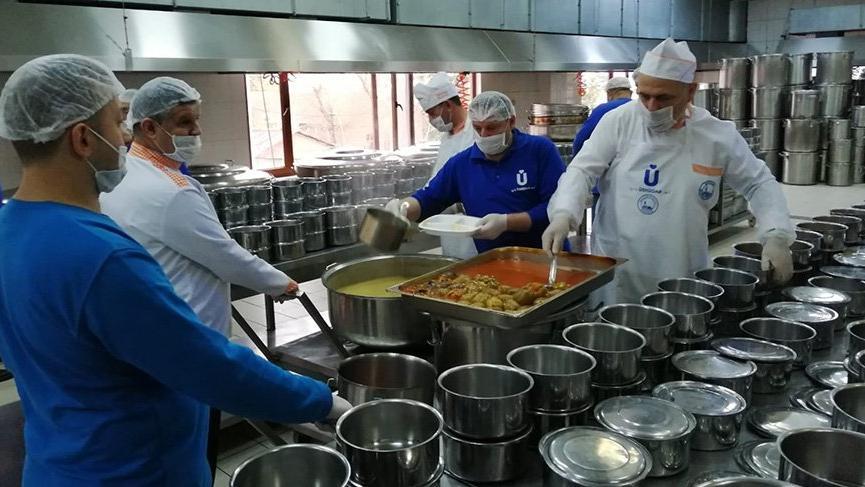 Üsküdar'da yaşlı ve kronik hastalığı olanlar için özel yemekler yapılıyor