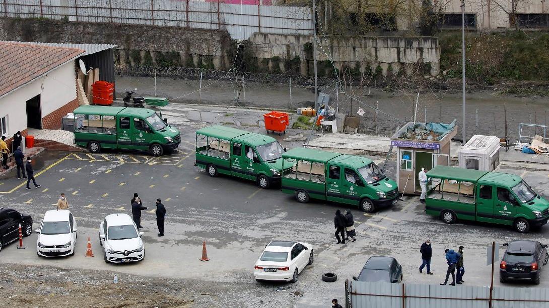 İstanbul'da ürküten corona fotoğrafı! Peş peşe dizilen cenaze araçlarını Reuters görüntüledi
