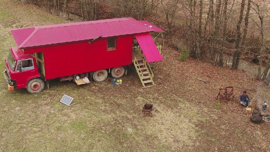 Corona virüsüne karşı eve dönüştürdüğü kamyonda kalıyor