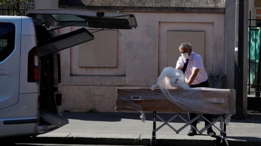 Gurbette corona virüsünden ölenler tabutla defnediliyor