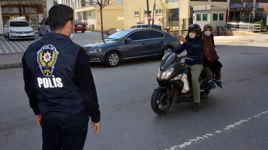Polisten motosikletteki evli çifte: 'Sizde hiç sosyal mesafe kalmamış'