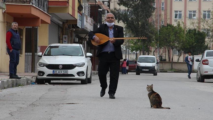 'Aşık' muhtardan mahalle sakinlerine konser