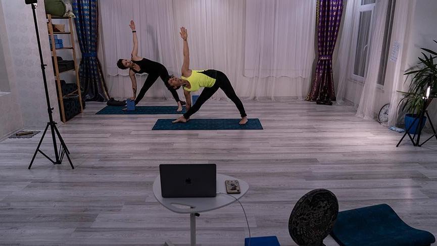 Karantinada yoga: Dersler 'online' evlere taşındı