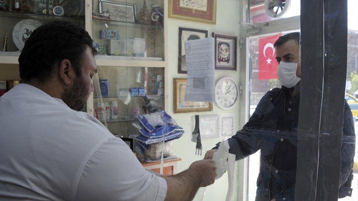 Ankara ve İstanbul'daki eczanelerde ücretsiz maske temini başladı
