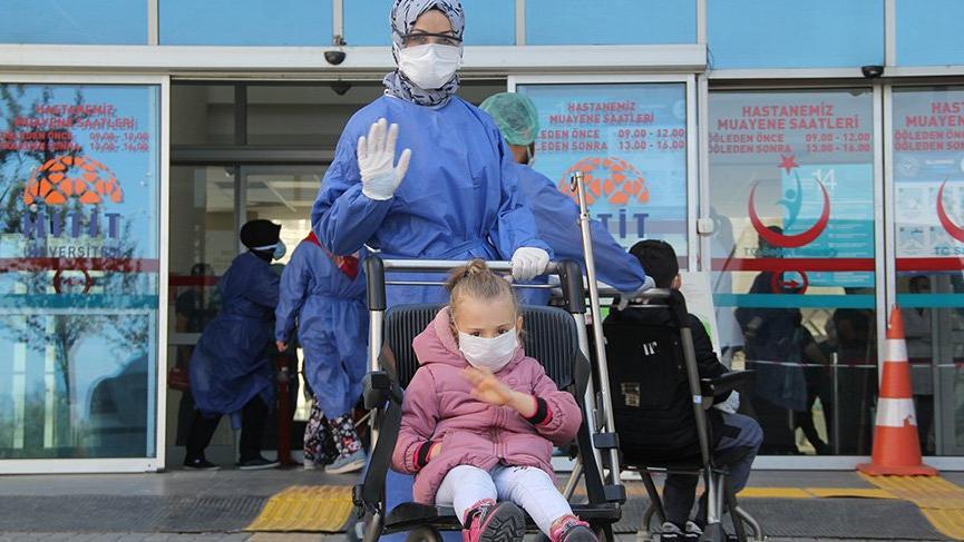 5 yaşında corona virüsünü yendi, alkışlarla taburcu edildi