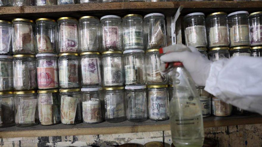 Müzesindeki 4 ton parayı corona virüsüne karşı dezenfekte etti